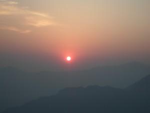 ब्रुसबाङबाट देखिएको उदाउंदो सूर्य  समुद्री सतहवाट १८ सय ७३ मिटर उचाईमा रहेको धादिङको महादेवस्थान ३ ब्रुसबाङवाट उदाउंदै गरेको सूर्यको मनोरम दृष्य देख्न सकिन्छ ।  तस्बिर ः केशव अधिकारी –धादिङन्युज